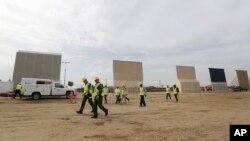 این دیوارها در نزدیک مرز مکزیک در سن دیگو نمایش داده شد.