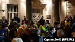 """Učesnici protesta """"1 od 5 miliona"""" ispred vrata Predsedništva Srbije, tokom skupa u Beogradu, Srbija, 11. januara 2020. (Foto: Ognjen Zorić, RSE)"""