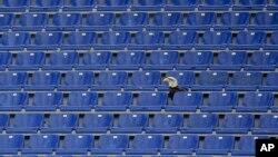 Burung elang Olympia yang menjadi mascot Lazio bertengger di deretan kursi kosong di Stadion Olimpico Italia (5/5). Bagian Curva Nord stadion yang biasa diduduki oleh pendukung fanatik Lazio akan ditutup.