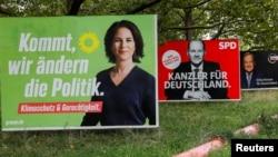 Predizborni bilbordi sa troje glavnih kandidata za novog kancelara Nemačke u Berlinu, 10. septembra 2021. Analena Berbok, liderka Zelene stranke, u jednom trenutku je bila favorit za novu kancelarku, ali joj je poslednjih nedelja pala popularnost. (Foto: Reuters/Michele Tantussi)