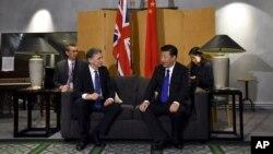 ປະທານປະເທດຈີນ Xi Jinping, ຂວາ, ໂອ້ລົມກັບທ່ານ Philip Hammond ລັດຖະມົນຕີການຕ່າງປະເທດ, ຫ5ັງຈາກທີ່ໄປຮອດສະໜາມບິນນາໆຊາດ Heathrow, ບອນດອນ, 19 ຕຸລາ, 2015.