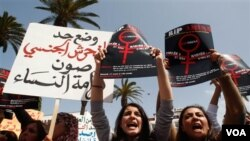 Perempuan Morocco menggelar aksi protes di depan Parlemen Morocco di Rabat, sebagai dukungan untuk Amina Filali yang mengakhiri hidupnya setelah dipaksa menikah dengan pemerkosanya (17/3).