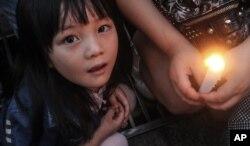 """2015年6月4日中国民众在湖北省荆州市自发悼念""""东方之星""""遇难者"""