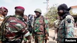 Liyetena Colonel Issiaka Ouattara, na Liyetena Colonel Cherif Ousmane baramutsa abasirikare bagumutse.