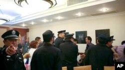 北京警方抓捕在餐厅内聚庆刘晓波获奖的维权人士
