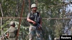 Binh lính Ấn Độ đứng gác trên nóc một cửa hàng nằm trên đường quốc lộ khu ngoại ô thành phố Srinagar, ngày 29 tháng 09 năm 2016.