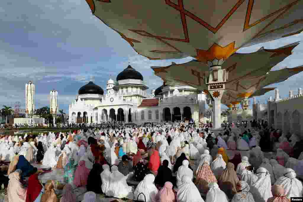 انڈونیشیا کے صوبے بند آچے میں جمعے کی صبح نماز عید کا سب سے بڑا اجتماع جامع مسجد بیت الرحمٰن میں ہوا۔ مردوں کے ساتھ ساتھ خواتین کی بڑی تعداد نے بھی نمازِ عید ادا کی۔