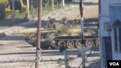 Tank Suriah siaga di Bab Amro, dekat kota Homs (12/2). Kekerasan yang terus berlanjut oleh militer Suriah dinilai pejabat HAM PBB akibat DK PBB tidak sepakat soal langkah diplomatik di Suriah.