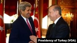 Menlu AS John Kerry (kiri) dalam pertemuan dengan Presiden Turki Recep Tayyip Erdogan di Washington (foto: dok).