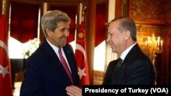Le président turc Recep Tayyip Erdogan, et le Secrétaire d'Etat John Kerry à Washington, aux Etats-Unis.