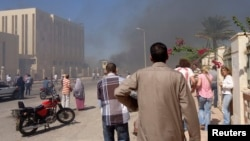 7일 이집트 시나이 반도 남부에서 폭탄 공격이 일어난 현장을 시민들이 보고 있다.