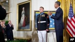 奥巴马总统在白宫把荣誉勋章授予如今已是中士的海军陆战队员迈尔