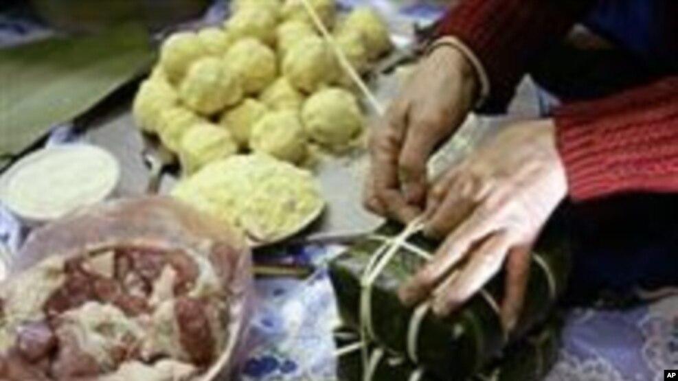 Bánh chưng làm theo triết lý âm dương có hình vuông tượng trưng mặt đất, trên đó có nếp, đậu, thịt.