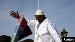 Le président gambien Adama Barrow salue ses partisans à son retour de Dakar, à Banjul, Gambie, 26 janvier 2017.