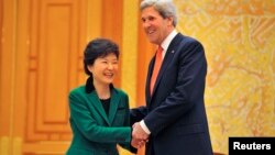 한국의 박근혜 대통령이 지난달 12일 청와대를 방문한 미국의 존 케리 국무장관과 악수하고 있다.