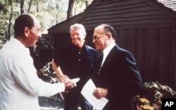 جیمی کارتر به همراه رئیس جمهوری مصر و نخست وزیر اسرائیل در کمپ دیوید
