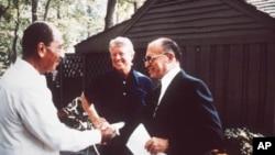 A Camp David, en septembre 1978, Jimmy Carter sourit tandis que le président égyptien Anouar el-Sadate (à g.) et le Premier ministre israélien Menachem Begin se donnent la main