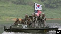 Tentara Korea Selatan dan Amerika Serikat dalam latihan militer gabungan di Sungai Han dekat perbatasan dengan Korea Utara. (Foto: Dok)