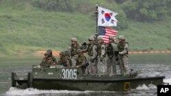 Binh sĩ Mỹ và Nam Triều Tiên trong cuộc tập trận chung tại Yeoncheon gần biên giới Bắc Triều Tiên.