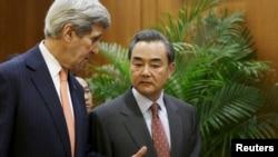 지난달 27일 베이징을 방문한 존 케리 미국 국무장관(왼쪽)과 왕이 중국 외교부장이 공동기자회견에 앞서 대화를 나누고 있다. (자료사진)