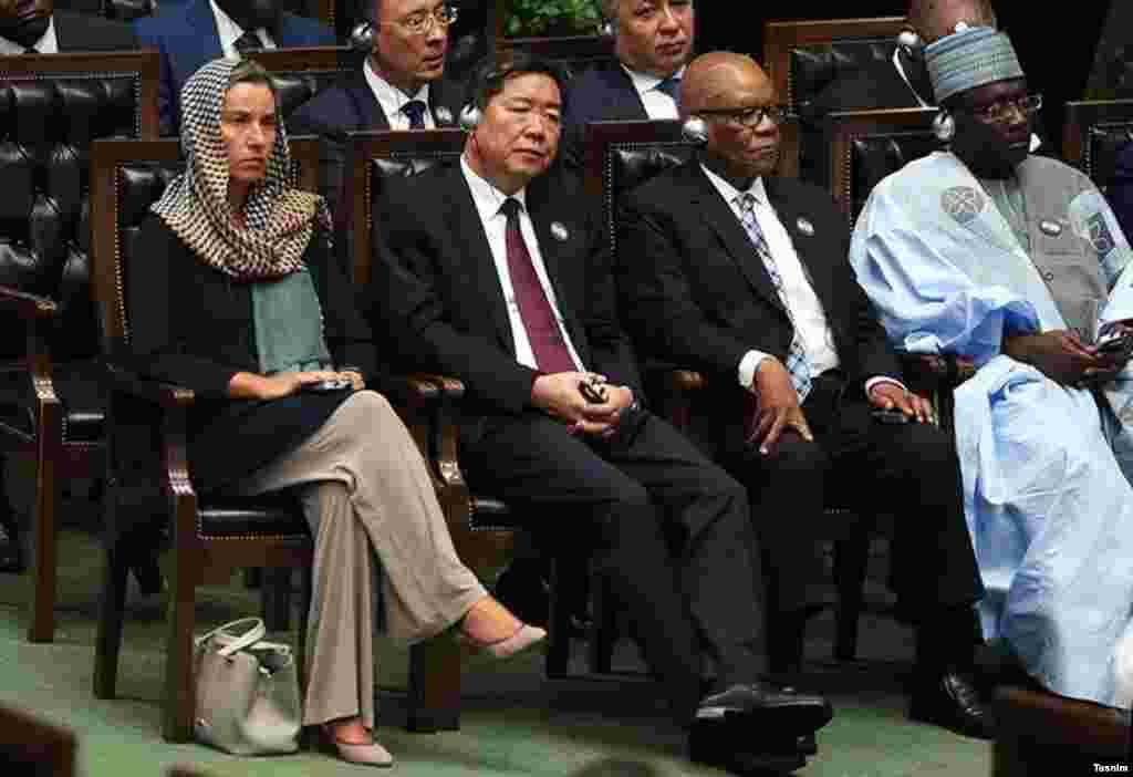 فدریکو موگرینی مسئول سیاست خارجی اتحادیه اروپا با حجاب در مراسم تحلیف حسن روحانی حاضر شد. این سومین سفر او به تهران است.