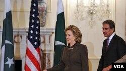 Menlu AS Hillary Clinton dan Menlu Pakistan Mahmood Qureshi saat akan memulai dialog bilateral di kantor Deplu AS di Washington hari ini.