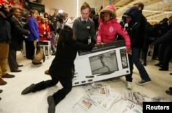 Người mua sắm tranh giành nhau một chiếc TV tại một cửa hàng ở London.