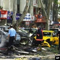 星期二發生爆炸後現場汽車與店鋪被焚毀