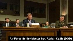 Bộ trưởng Quốc phòng Ash Carter và Tướng Thủy quân lục chiến Joseph Dunford, Chủ tịch Hội đồng Tham mưu trưởng liên quân, làm chứng về chiến lược quân sự của Mỹ ở Trung Đông trước Ủy ban Quân vụ Thượng viện ở Washington, DC, ngày 27/10/2015.