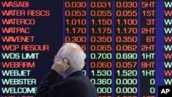 一名澳大利亞投資者星期二正在觀看悉尼股市報價情況