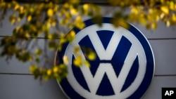 Logo mobil VW di sebuah dealer mobil Volkswagen di Berlin, Jerman (Foto: dok).