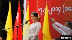 缅甸民主派领袖昂山素季在仰光的一次集会上呼吁修改2008年的宪法。(2014年5月17日)