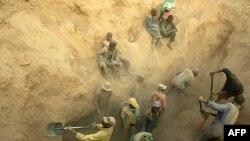 Thợ mỏ làm việc tại mỏ kim cương Marange, Zimbabwe