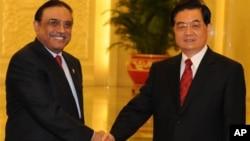 صدر آصف علی زرداری چینی ہم منصب ہو جن تاؤ سے مصافحہ کرتے ہوئے۔ (فائل فوٹو)