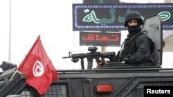 Un officier de police tunisien surveille le quartier, prés de la frontière avec la libye, le 9 mars 2016.