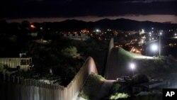 Zid na granici SAD i Meksika, snimljen u julu 2012. u Nogalesu, Arizoni. Predsednik Meksika najavio je da želi da proširi partnerstvo sa SAD u ratu protiv narkotika.