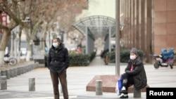 2020年2月7日中國武漢街頭民眾戴口罩的情景。