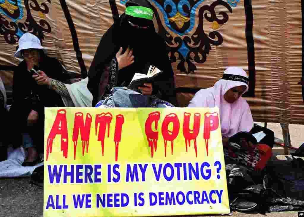 군부에 의해 축출된 무르지 전 이집트 대통령의 지지자들이 19일 카이로 거리에서 이슬람 경전인 코란을 읽으며 시위하고 있다.