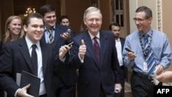 Сенатор Макконнелл (в центре) доволен развитием событий