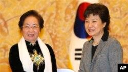 Tổng thống Hàn Quốc Park Geun-hye và Phó Chủ tịch nước Việt Nam Nguyễn Thị Doan.