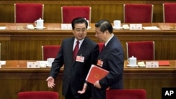 胡锦涛与习近平在人民大会堂交谈