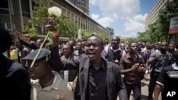 Warga Kenya, umumnya mahasiswa melakukan doa bersama bagi korban serangan di Garissa college dalam acara di Nairobi, Selasa (7/4).