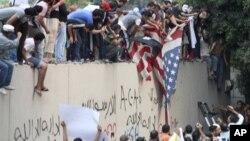 Người biểu tình Ai Cập, phần lớn là người Hồi giáo bảo thủ, leo vào sân tòa đại sứ Mỹ ở Cairo, kéo lá cờ Mỹ xuống