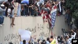 11일 이집트 카이로 주재 미국 대사관을 공격한 이슬람 시위대.