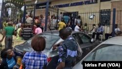 A Libreville, devant la Postebank, le 23 août 2016. (VOA/Idriss Fall)