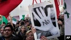 19일 키프로스 의회 앞에서 구제금융에 반대하는 시위가 벌어지고 있다.