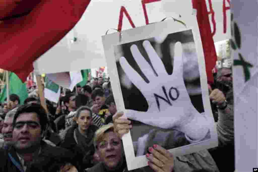 19일 키프로스 의회 앞에서 구제금융에 대한 반대시위가 벌어지고 있다.