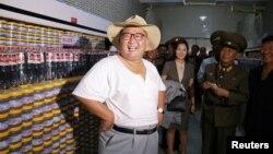 北韓官媒朝中社8月7日發布的北韓領導人金正恩參觀工廠的照片。