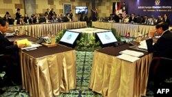 Các ngoại trưởng ASEAN tham dự cuộc họp tại Nusa Dua, Bali, Indonesia, ngày 15/11/2011