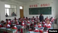 日喀則市內一所小學裡學生上課的情形